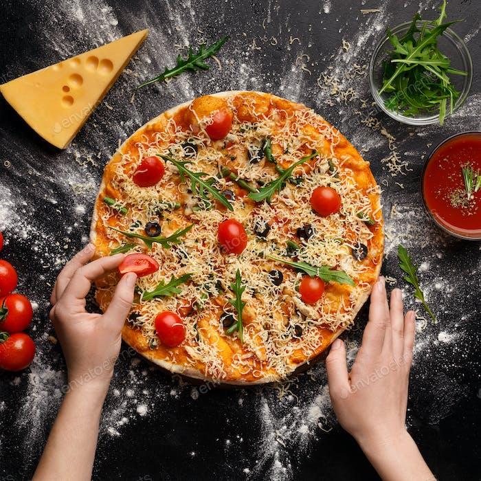 Chef Dekoration Pizza mit Kirschtomaten, Ernte