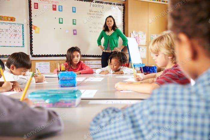 Lehrer unterrichtet Grundschulkinder im Klassenzimmer