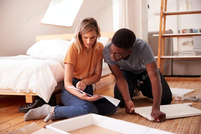 Paar in neue Hause zusammensetzen Selbstmontage Möbel