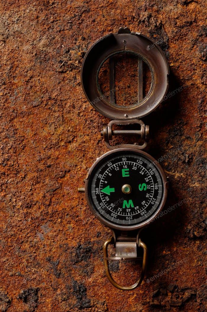 Magnetischer Kompass auf rauem rostigen Hintergrund