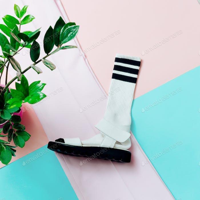 Sandalias y calcetines. Mínimo de verano. Estilo hipster.