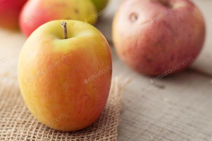 Äpfel auf Holz