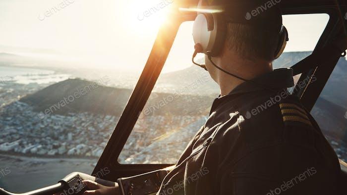 Pilot fliegen einen Hubschrauber und Blick aus dem Fenster