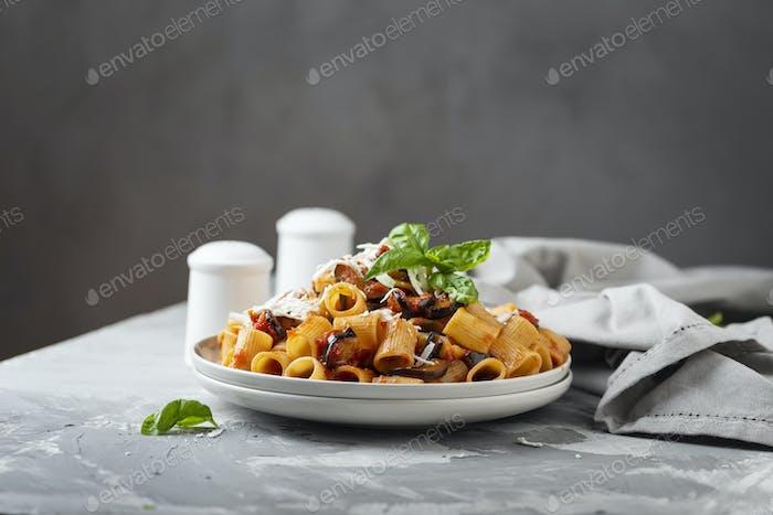 Traditionelles italienisches Gericht Pasta alla norma