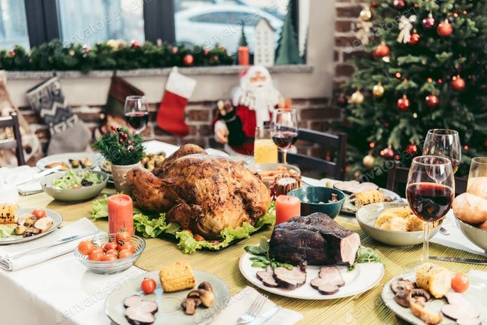 dekoriert Weihnachten Urlaub Tisch mit köstlichen verschiedenen Gerichten