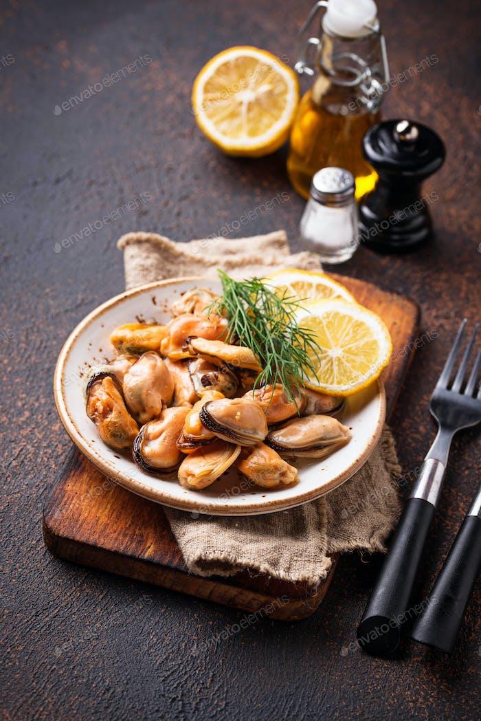Marinierte Muscheln mit Zitrone und Gewürzen