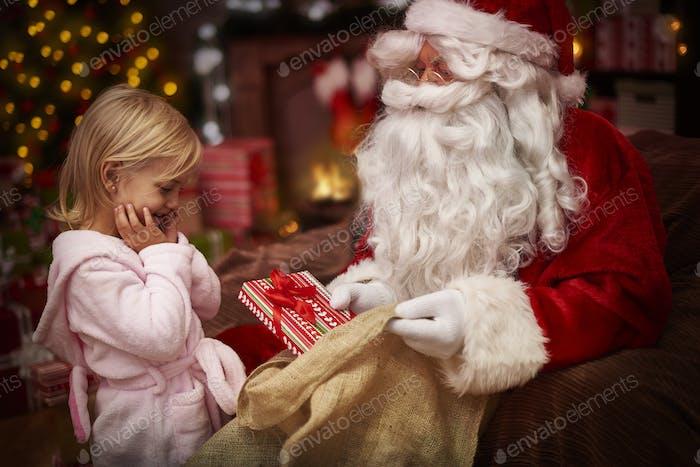 Sie ist so aufgeregt das neue Weihnachtsgeschenk