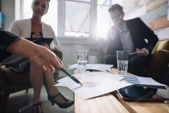 Корпоративный профессионал обсуждает финансовый рост компании