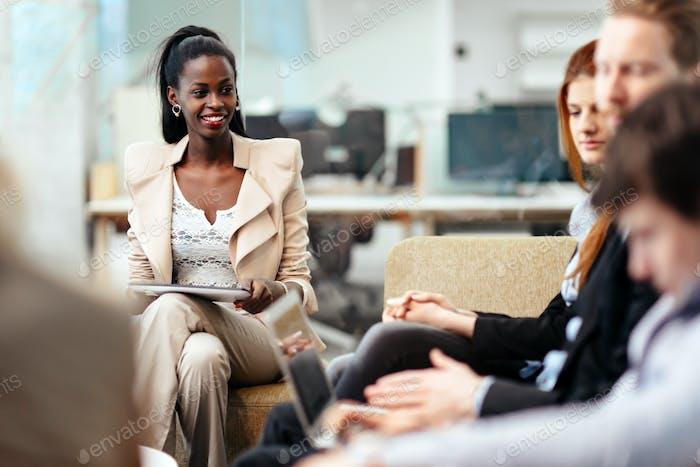Geschäftsleute Konversation. Technik zur Hand
