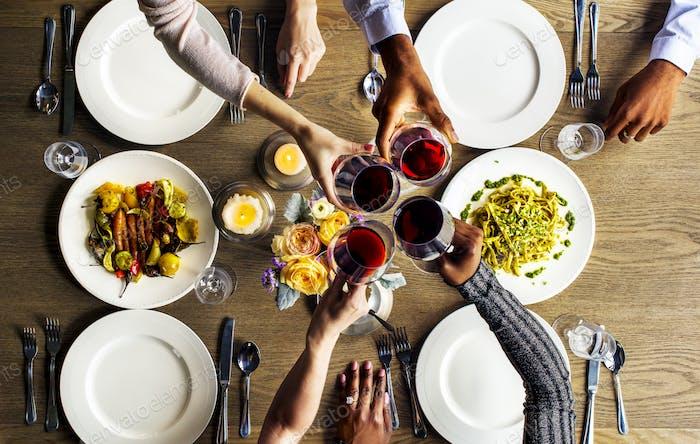 Menschen klammern Weingläser zusammen im Restaurant