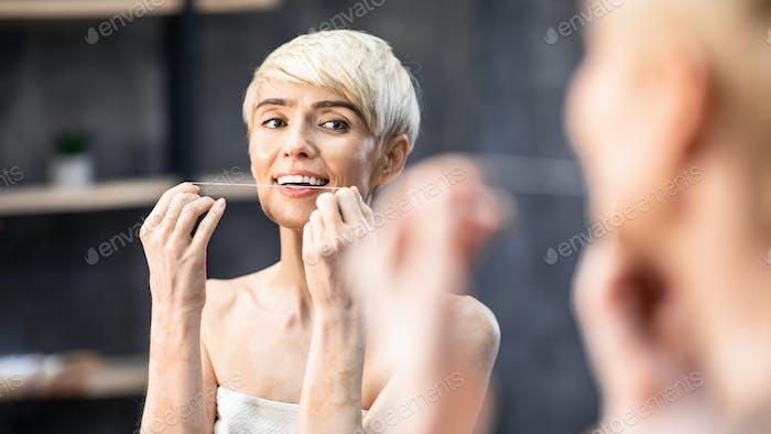 Lady Zahnseide verhindert Hohlraum stehend im Bad, Panorama