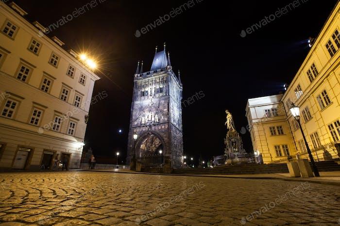 Prag, Altstädter Turm der Karlsbrücke in der Nacht