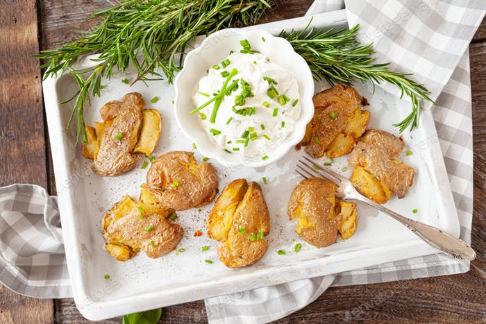 Smashed potatoes with sour cream