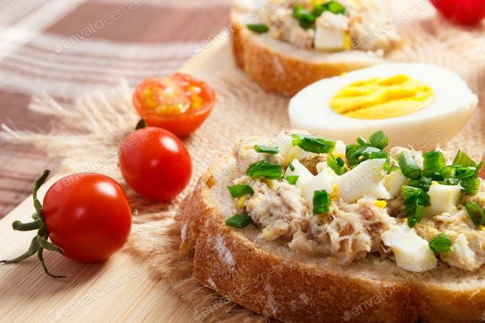 Sandwiches oder Baguette mit Makrele oder Thunfisch Fischpaste, gesunde Ernährung