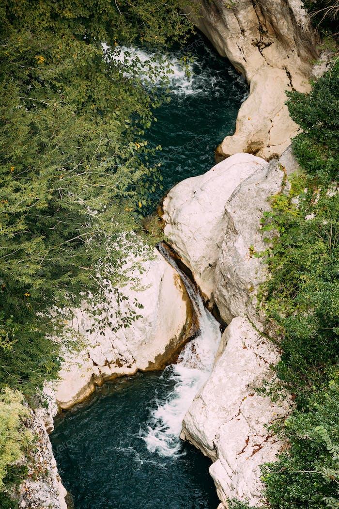 Zeda-gordi, Georgia. vista de la garganta del río Okatse en Okatse puede