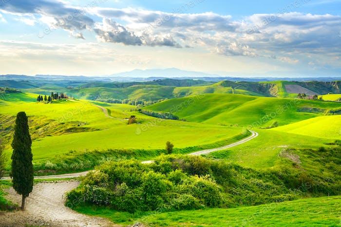 Toskana, ländliche Sonnenuntergang Landschaft. Bauernhof auf dem Lande, weiße Straße und