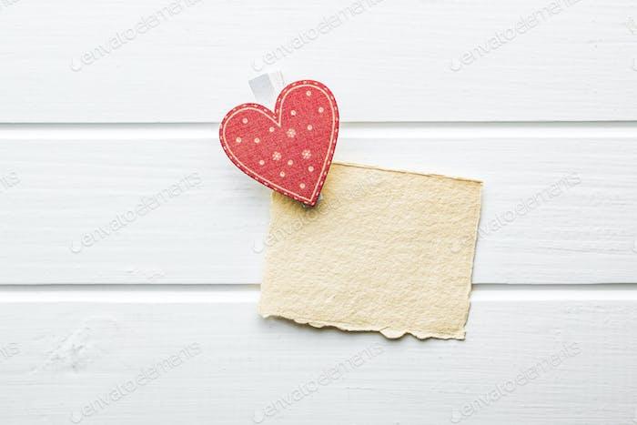 Rotes Herz mit Geschenkkarte.
