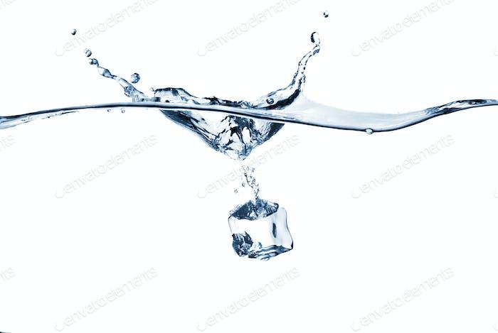 Eiswürfel in Wasser fallen mit Splash isoliert auf weiß