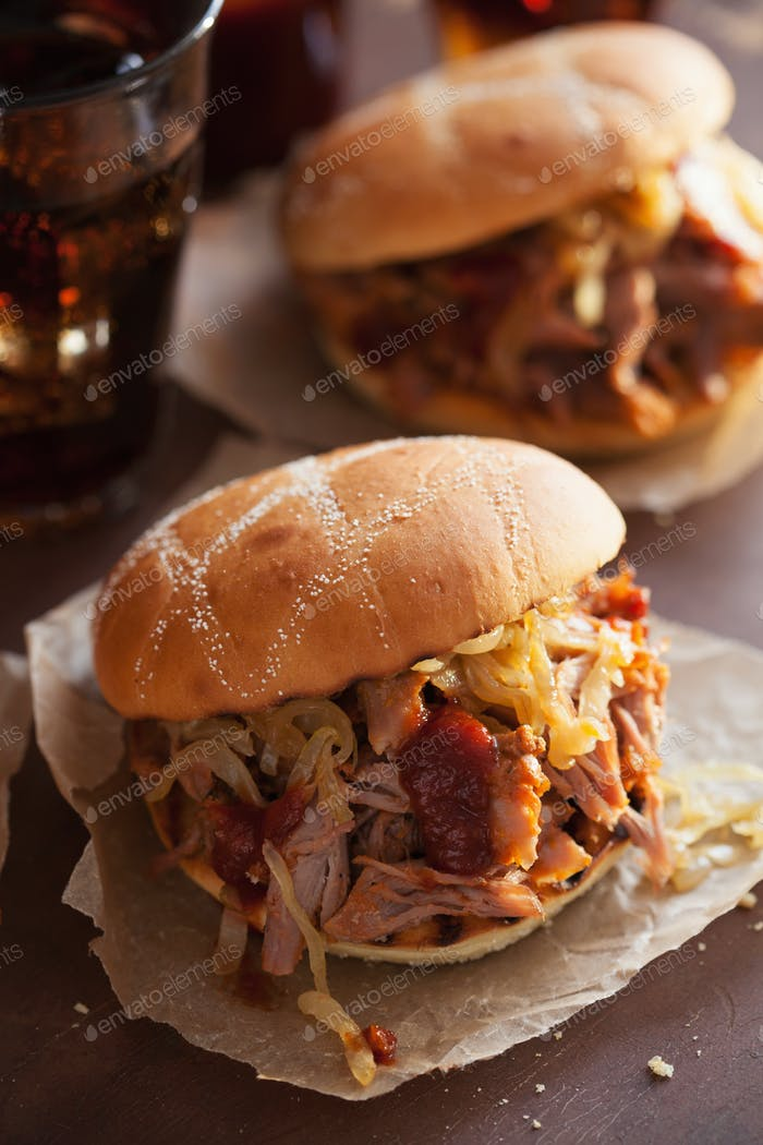 hausgemachte Pulled Schweinefleisch Burger mit karamellisierten Zwiebeln und BBQ-Sauce