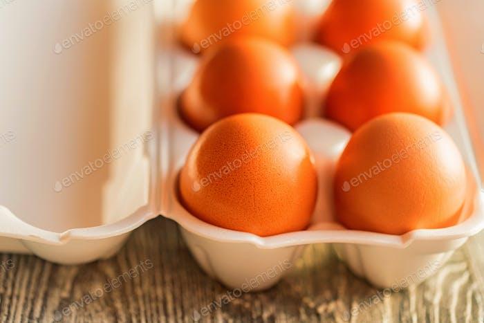 Frische Bauernhof-braune Eier auf rustikalem Hintergrund
