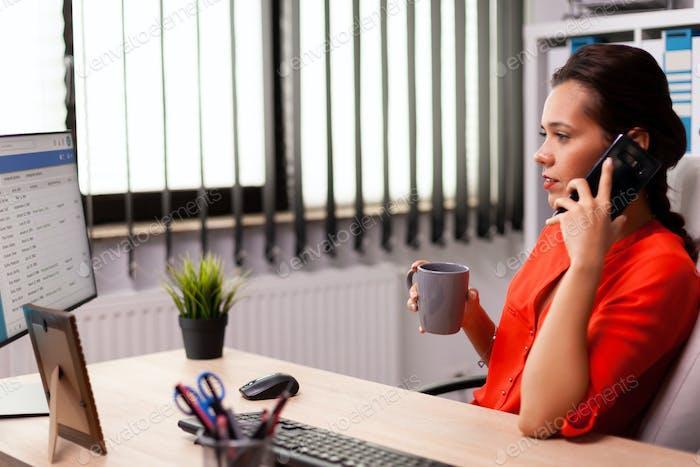 Корпоративный бизнесмен на рабочем месте разговаривает по телефону