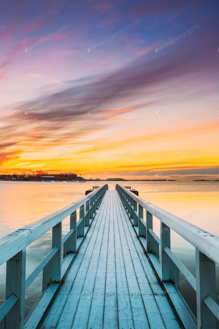 Alte Mattierte Holzbretter Pier Auf Ruhigen Wasser Von See Oder Fluss Oder Meer Am Abend Oder Morgen Zeit
