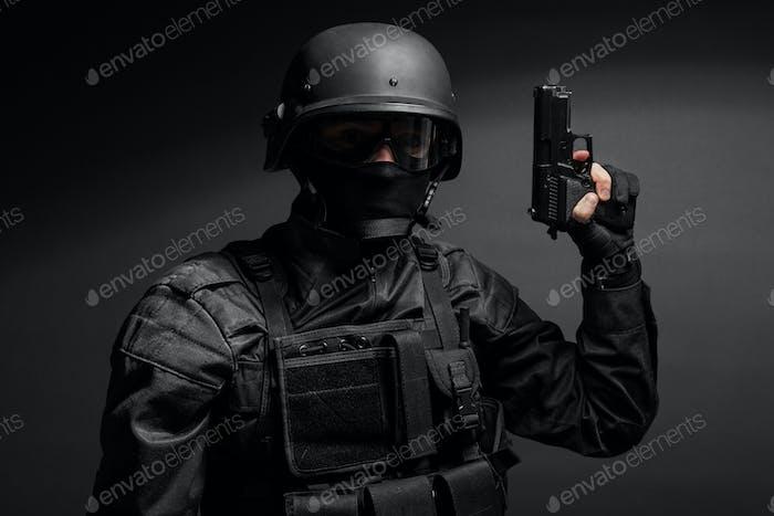 SWAT Polizist mit Pistole