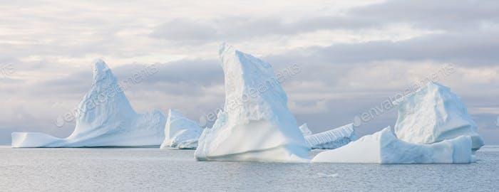 Schöne Eisberge Panorama