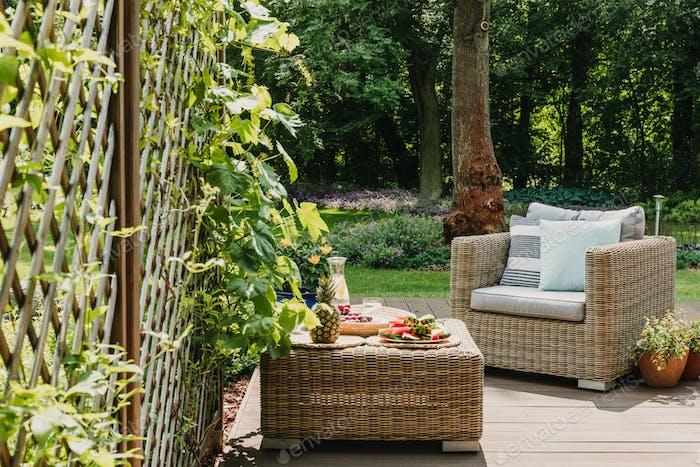 Muebles de jardín elegantes en la terraza de la casa suburbana