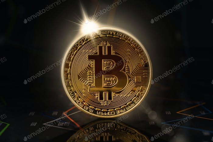 Amanecer detrás del bitcoin de oro de pie en gráficos financieros para precios de criptomonedas