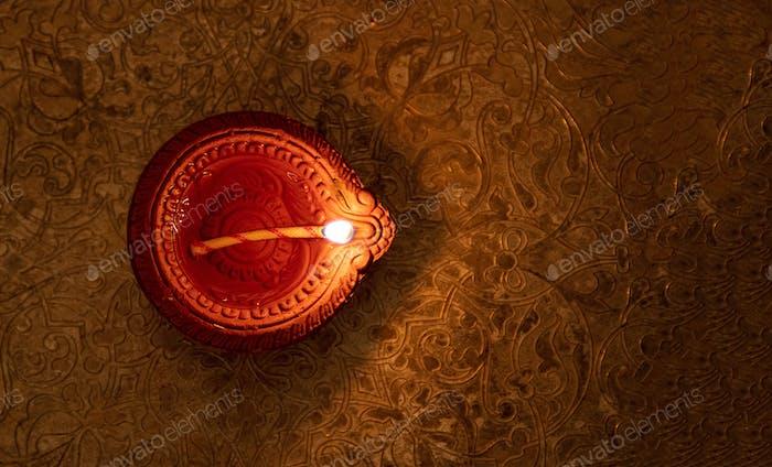 Fröhliche Diwali. Diya Öllampe Draufsicht,