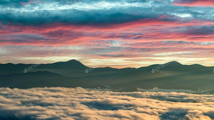 Erstaunlich fließender Morgennebel in Frühlingsbergen