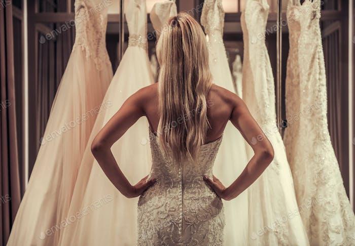 Attraktive Braut im Hochzeitssalon