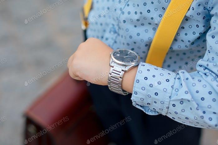 Silber-Uhr Nahaufnahme auf zukünftige Geschäftsmann Hand