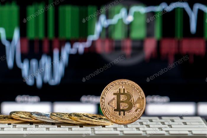 Closeup Bitcoins Mockup auf der Tastatur über das Kryptowährungshandelsdiagramm