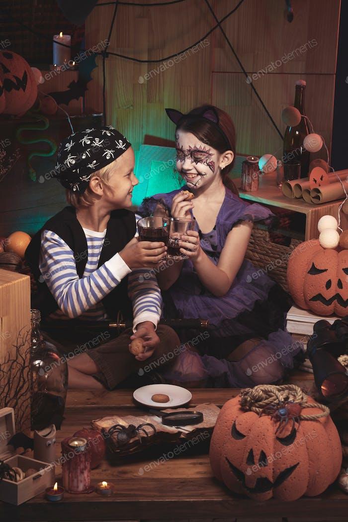 Kinder essen Halloween-Snacks