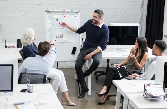 Деловая встреча или презентация в современном конференц-зале