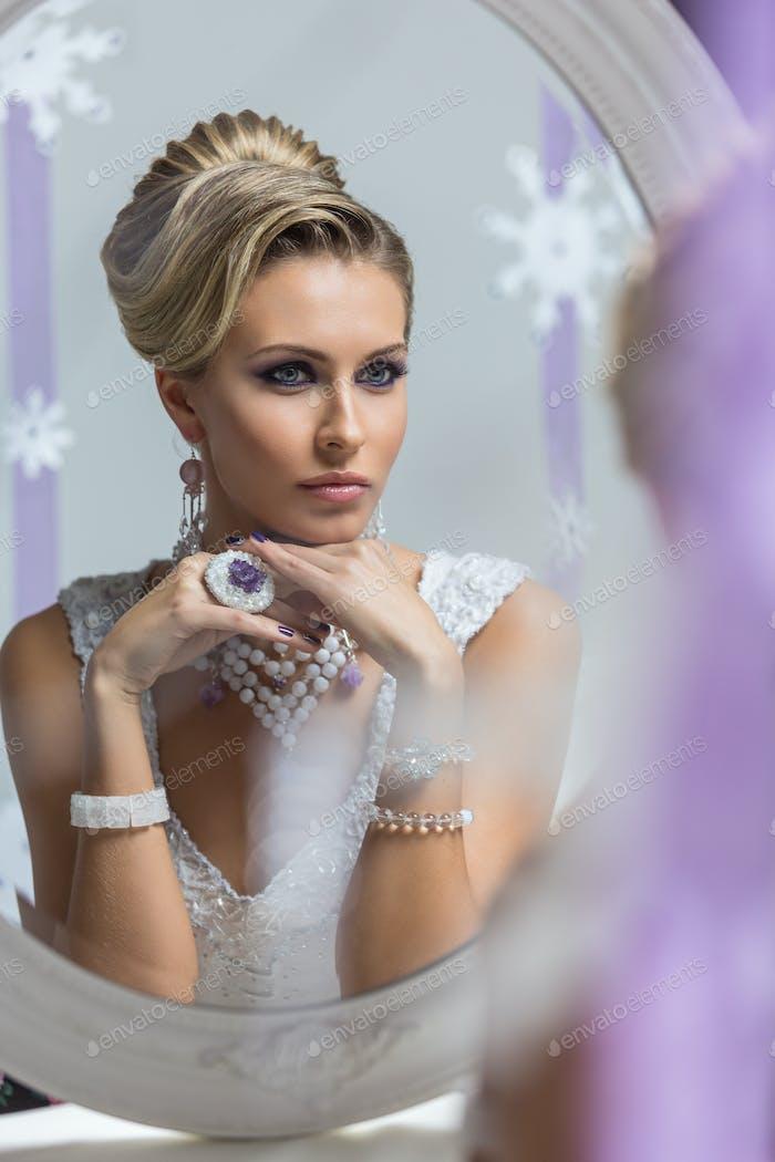 Schöne Braut im Spiegel