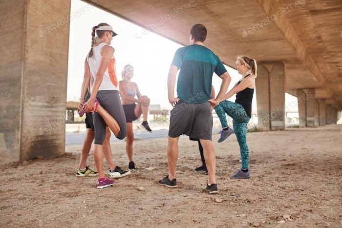 Gruppe von Läufern Stretching