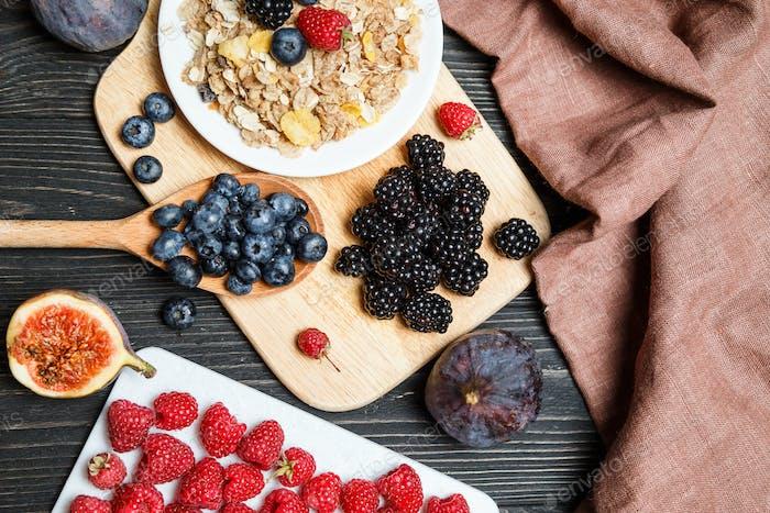 Gesundes Frühstück mit Müsli und Beeren. Draufsicht, flach gelegt