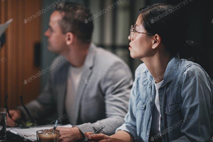 Различные бизнесмены, слушающие спикера во время встречи
