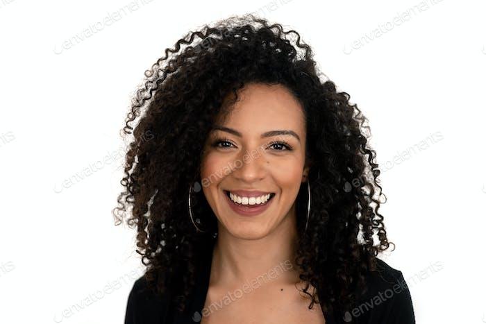 Isoliertes Porträt einer lateinischen Frau mit lockigem Haar