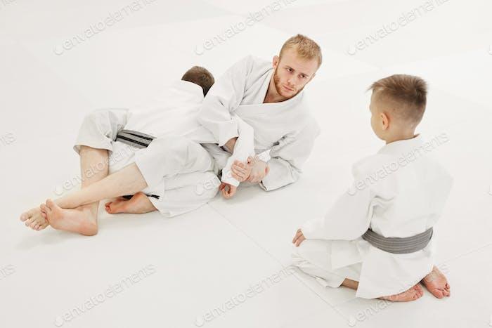 Coach unterrichtet seine Schüler