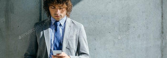 Бизнесмен с помощью мобильных устройств