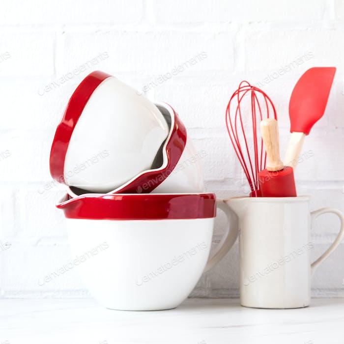 Utensilios de cocina, herramientas.Interior, espacio de cocina moderna en colores brillantes.