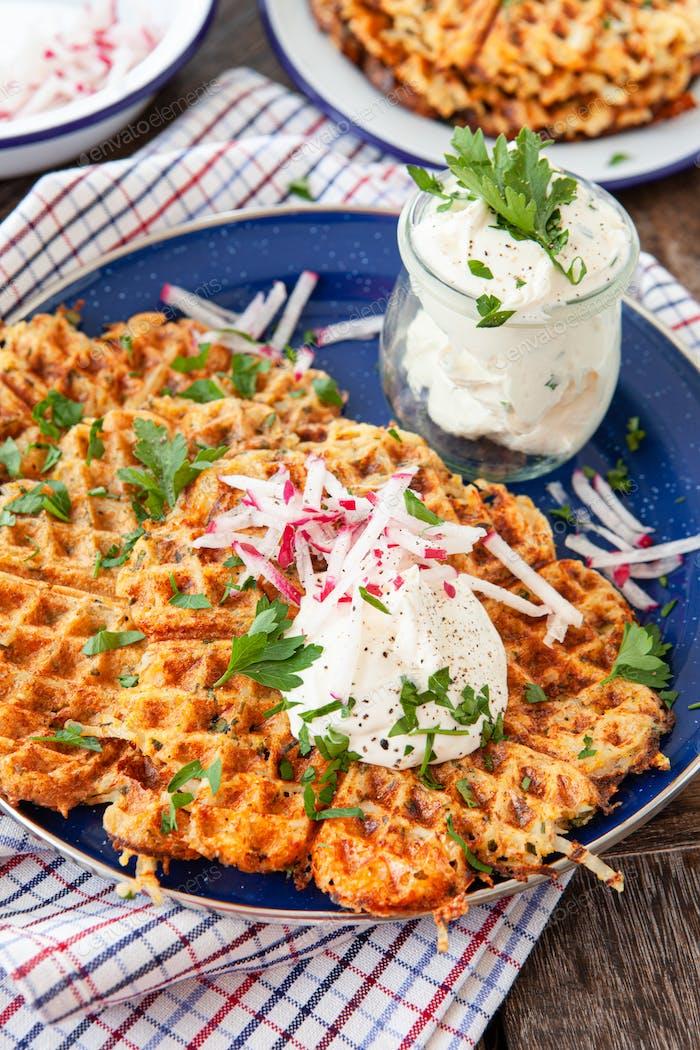 Kartoffelpfannkuchen mit saurer Sahne