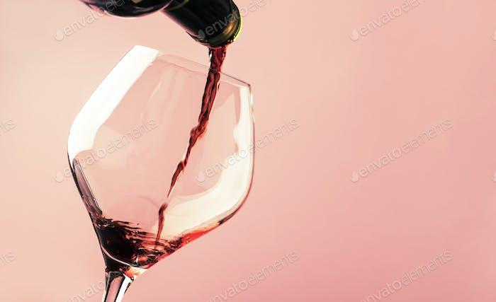 Französisch trockener Rotwein, gießt in Glas