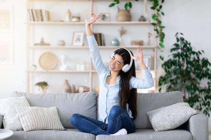 Musik-Liebhaber. Fröhlich Asian Girl In Kopfhörer Genießen Hören Sie Lieblingslieder