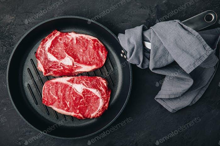 Ribeye Steak, rohes frisches Rindfleisch in Grillpfanne