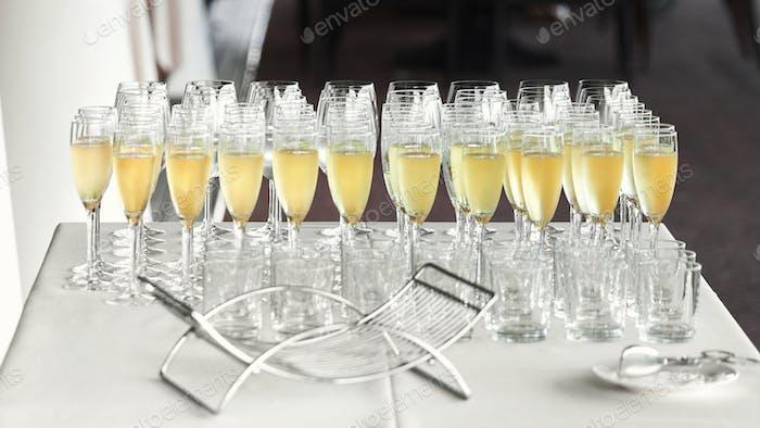Множество бокалов с прохладным вкусным шампанским